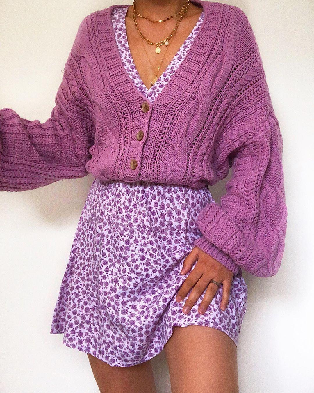 cô gái mặc cardigan bên ngoài đầm hoa tím