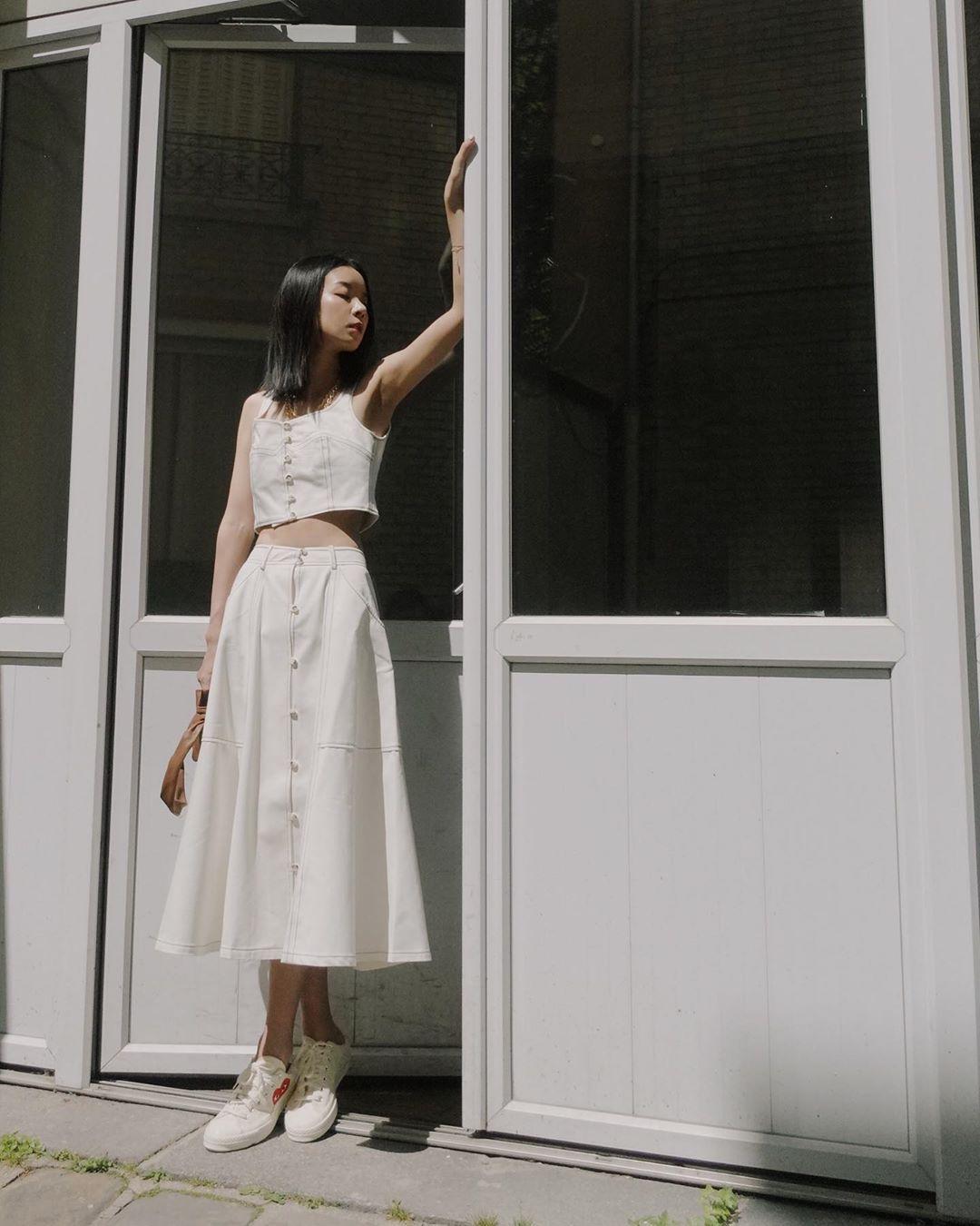 cô gái mặc full trắng cùng chân váy chữ A dáng dài