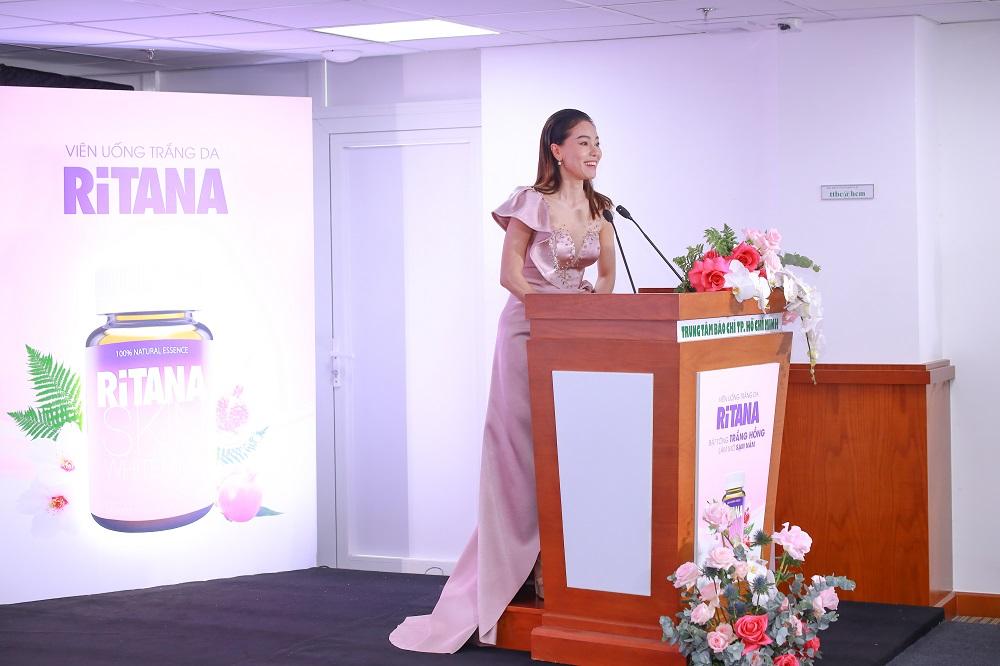 Bà Dung thay mặt các thí sinh gửi lời cảm ơn đến nhà tài trợ.