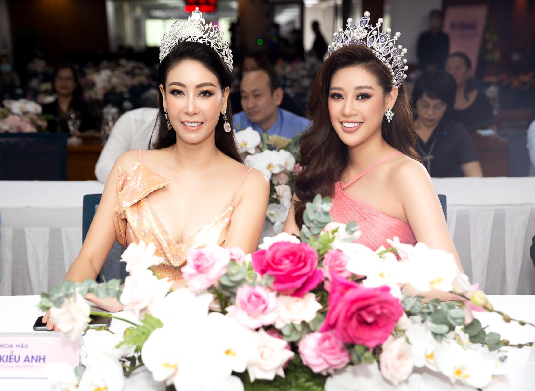 Hai hoa hậu đều có điểm chung là sở hữu làn da trắng hồng, sáng khỏe, căng mịn.