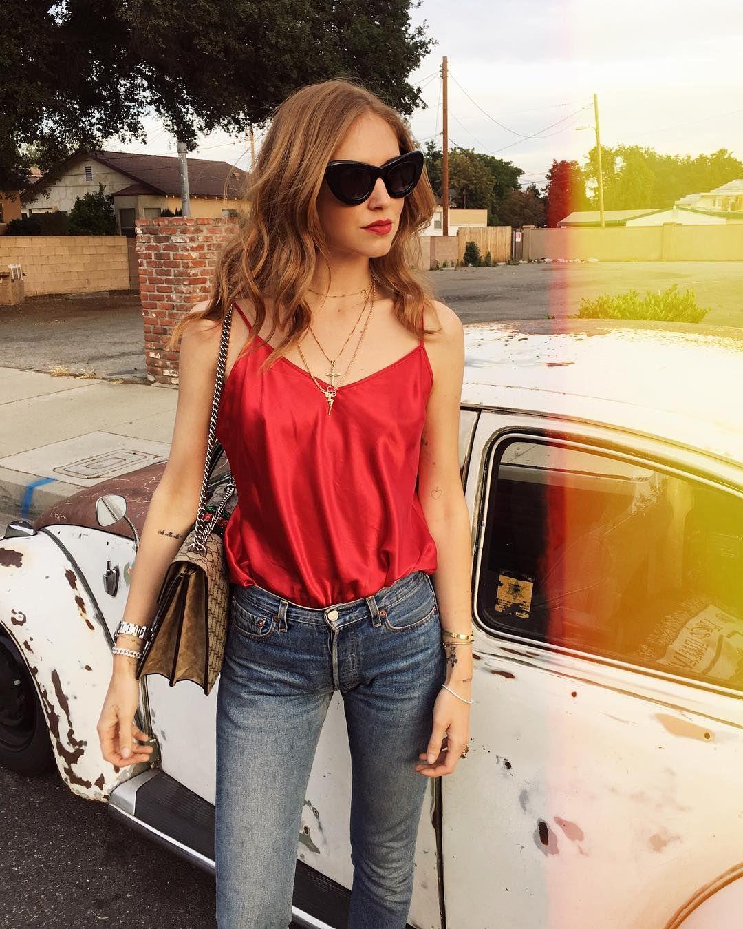đầm dây đỏ phối quần jeans