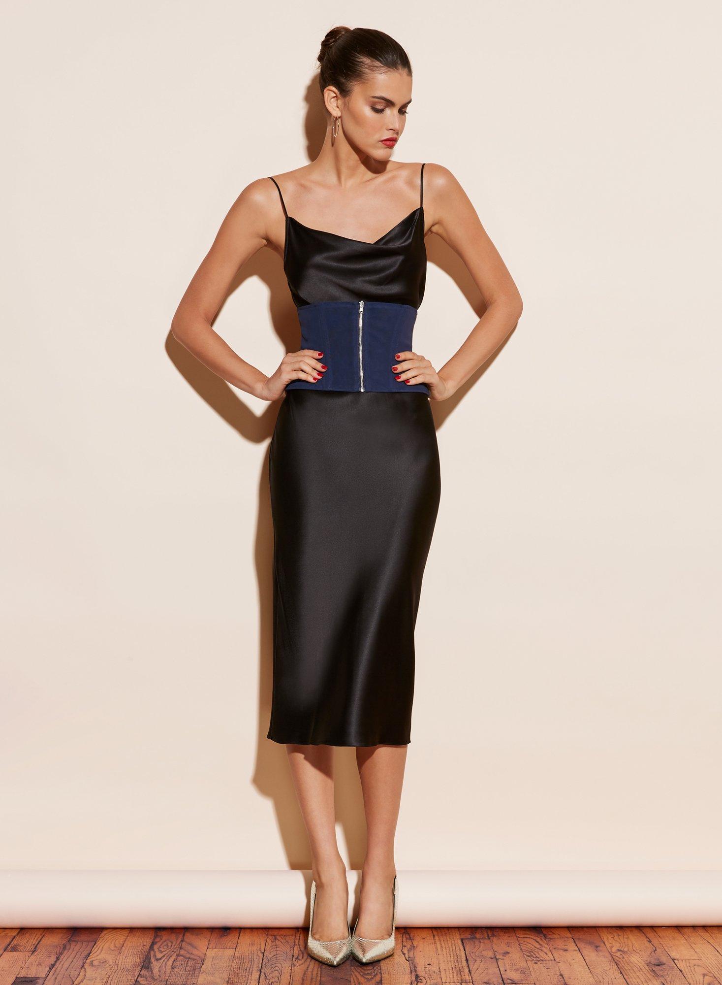 cô gái mặc đầm dây đen và thắt lưng corset