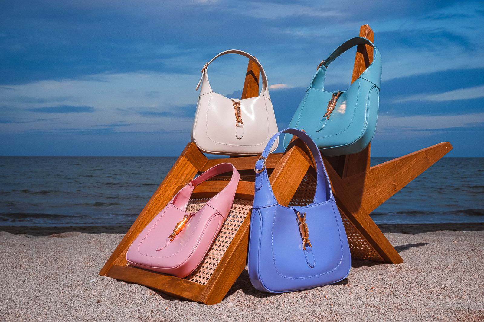 Túi xách Gucci jackie trên ghế gỗ 4 màu