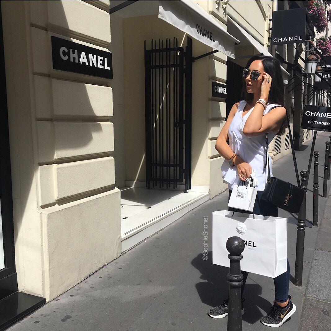 cô gái đứng tước cửa hàng túi xách chanel