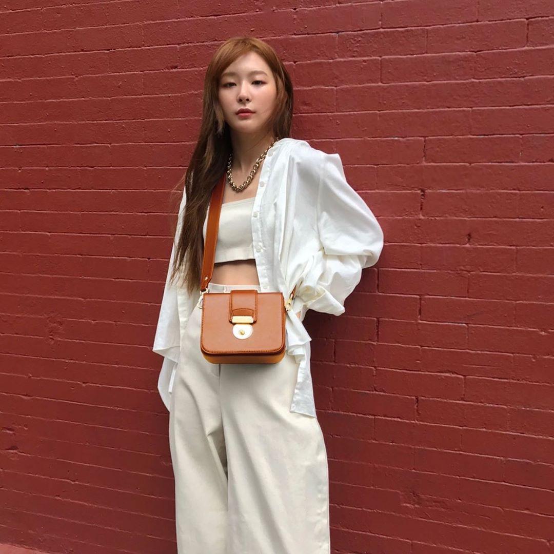 Seulgi mặc sơ mi trắng phối trang sức vàng