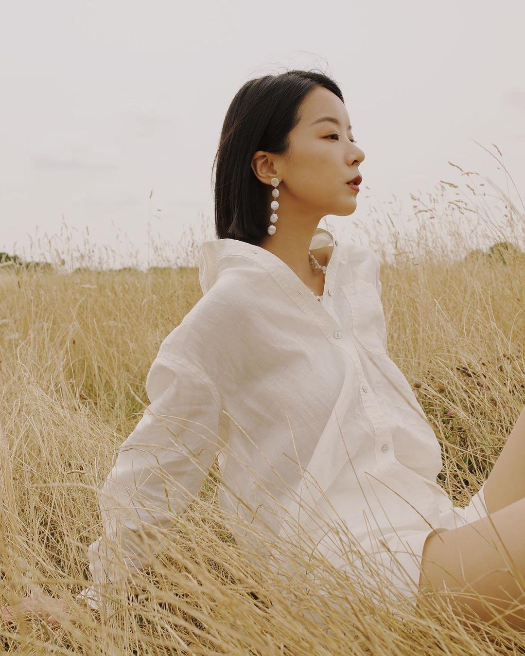 cô gái mặc áo sơ mi trắng trễ cổ