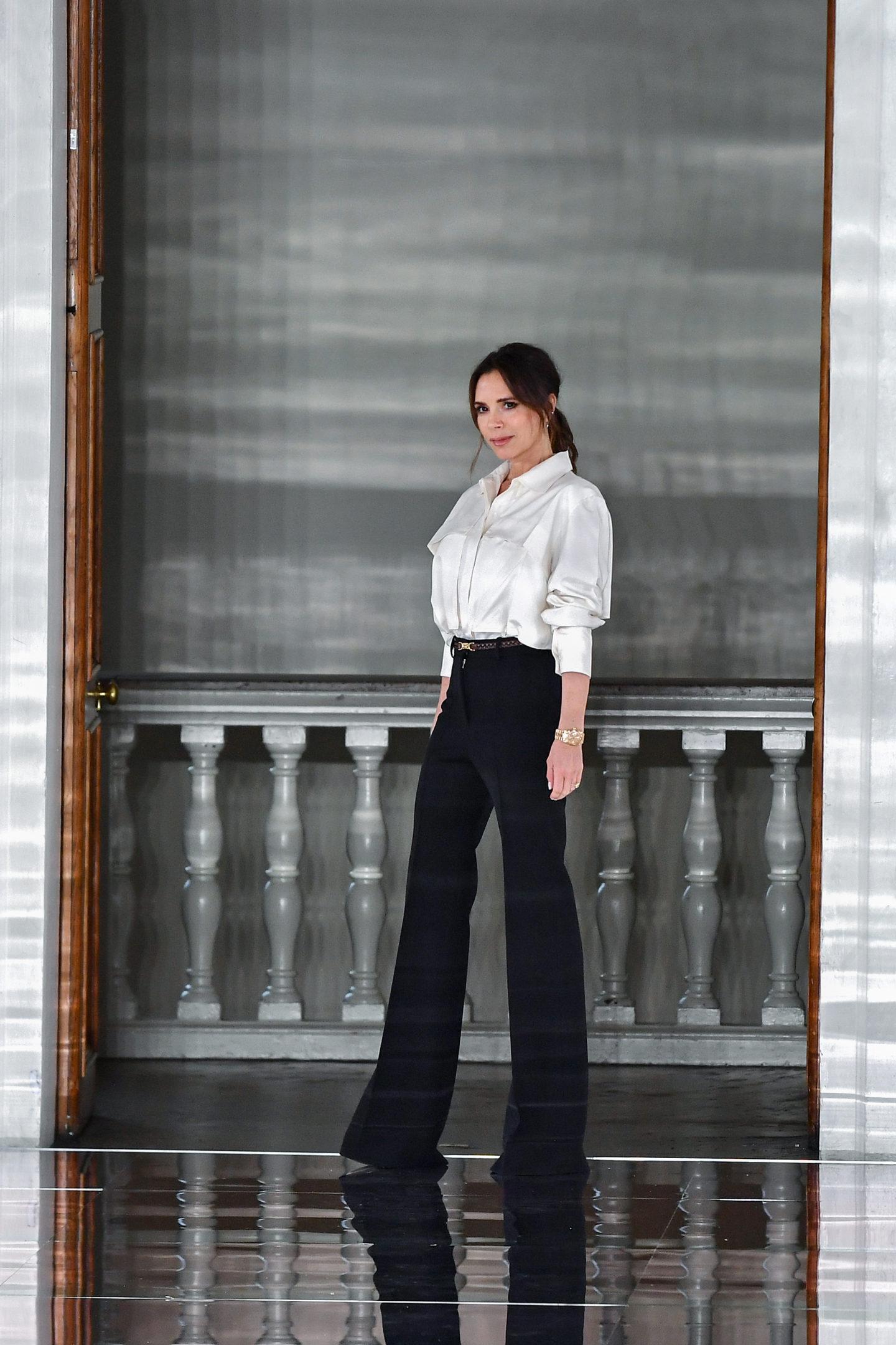 Victoria Beckham mặc sơ mi trắng phối màu trung tính