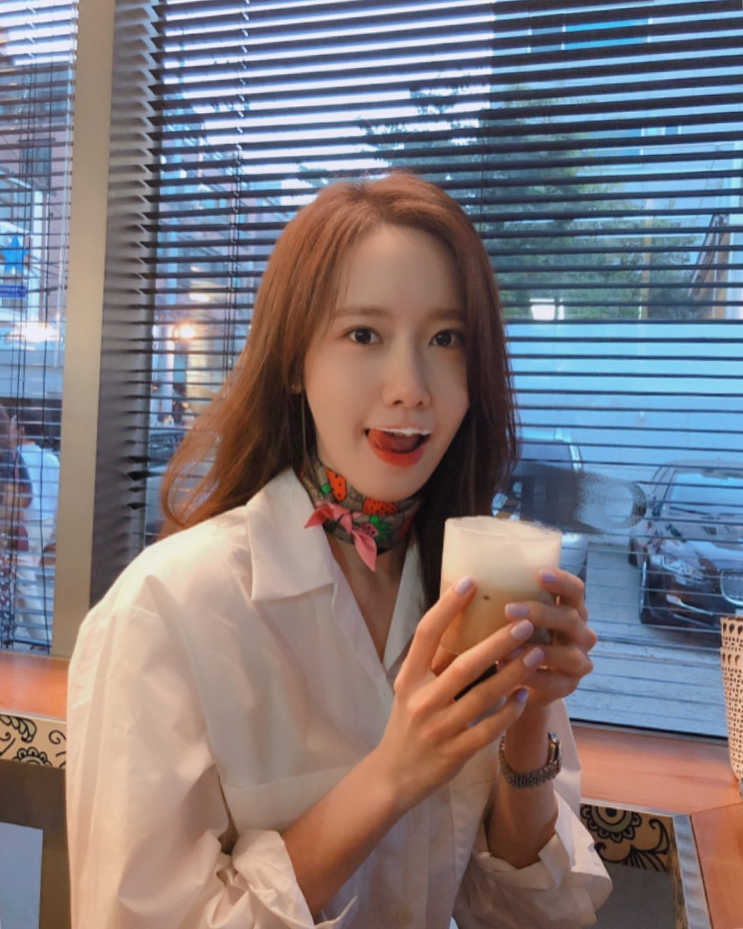 Yoona phối sơ mi trắng với khăn đeo cổ