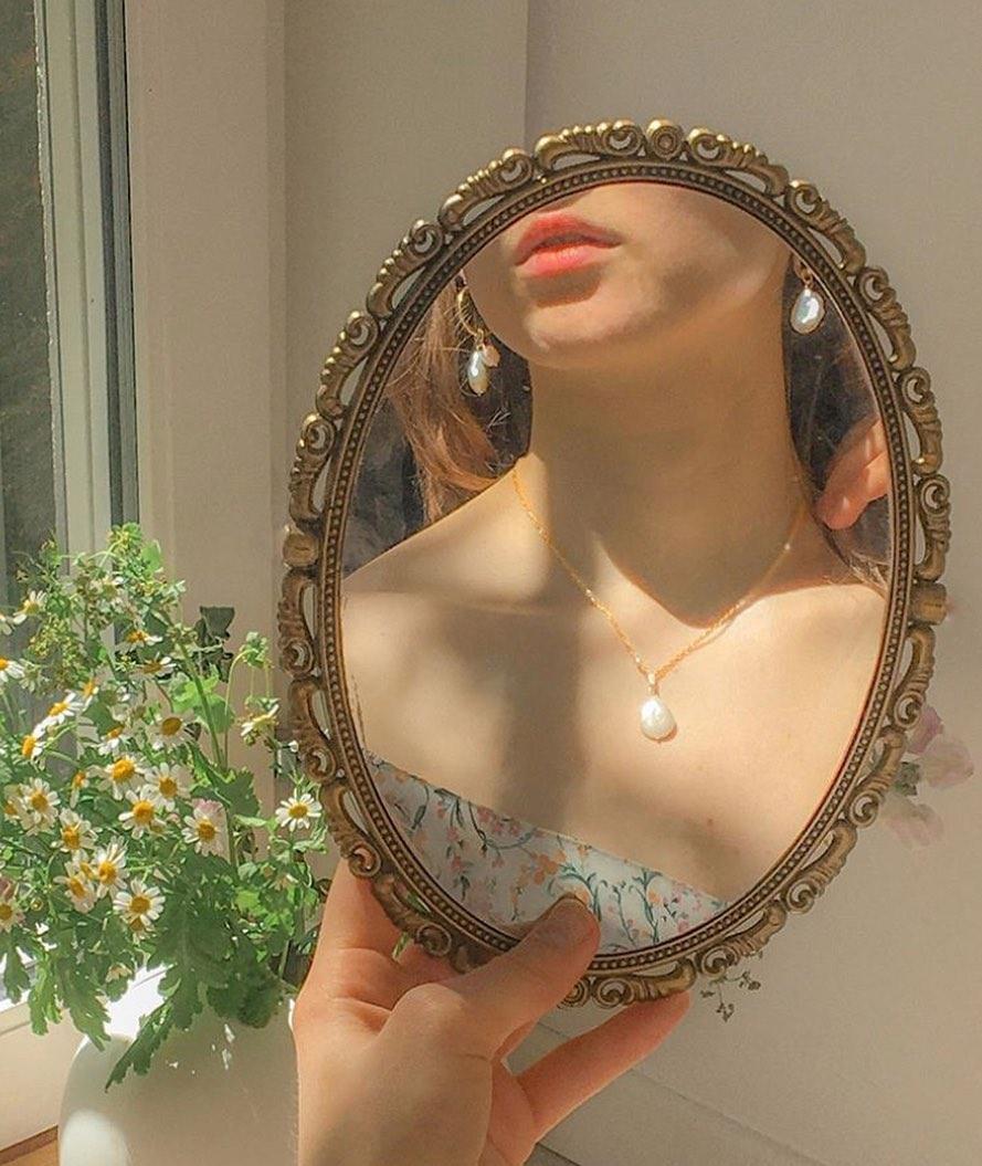 Váy hoa nhí cùng trang sức ngọc trai quyến rũ, thơ mộng