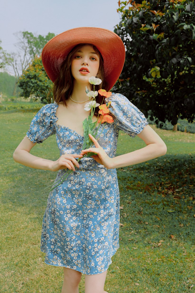 váy hoa nhí màu xanh thiết kế cách điệu cùng nó vành