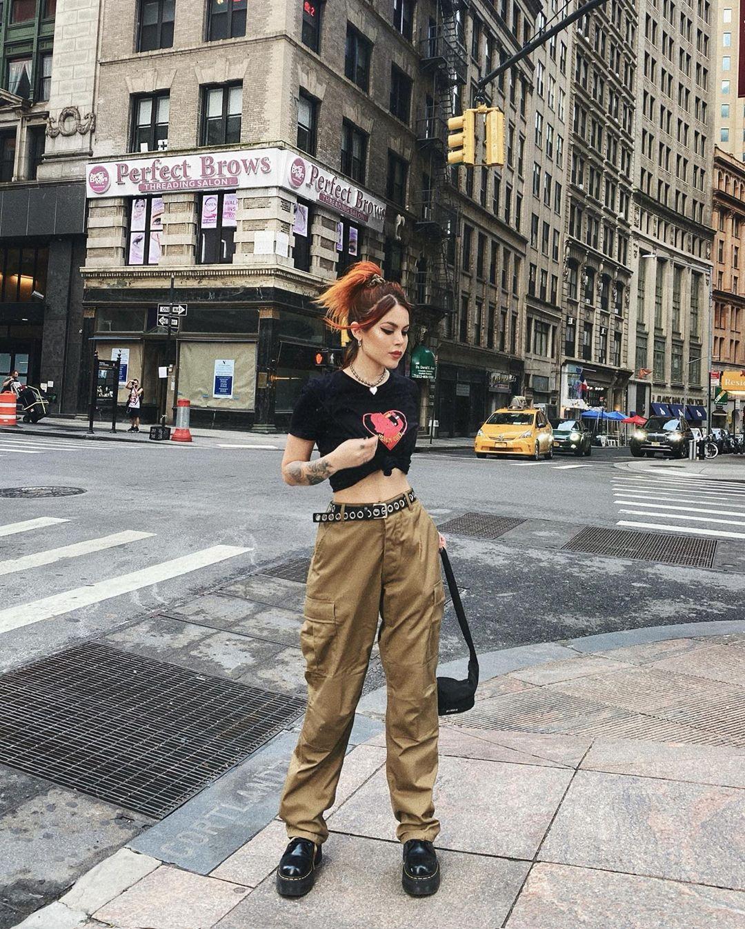 quần kaki cargo phối cùng áo croptop mang phong cách grunge aesthetic