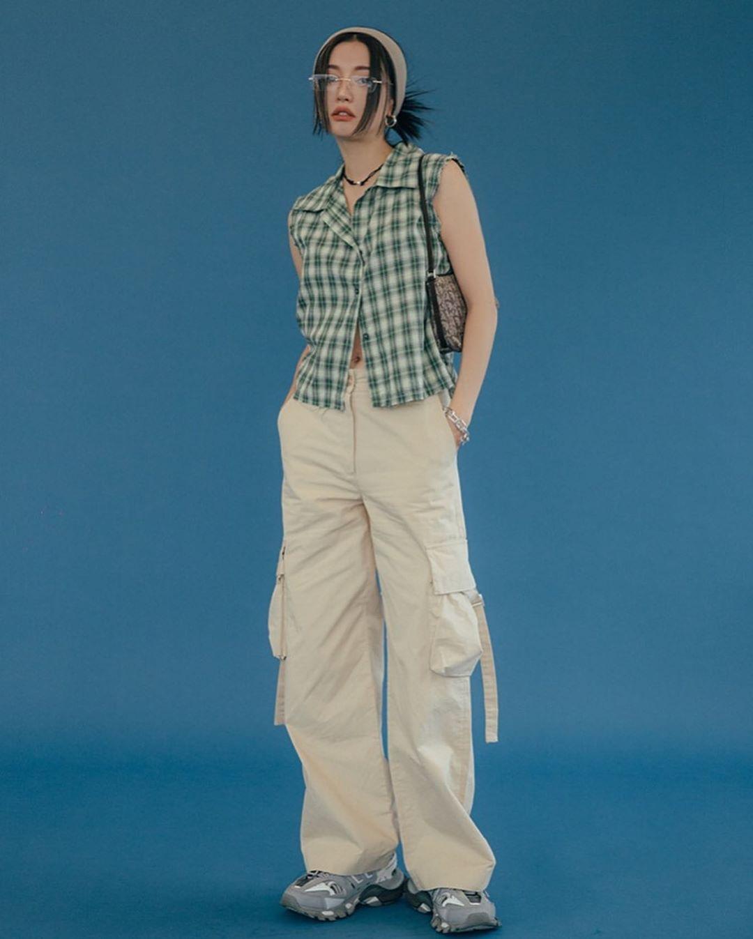 quần kaki cargo phối cùng áo kẻ ô mang phong cách y2k