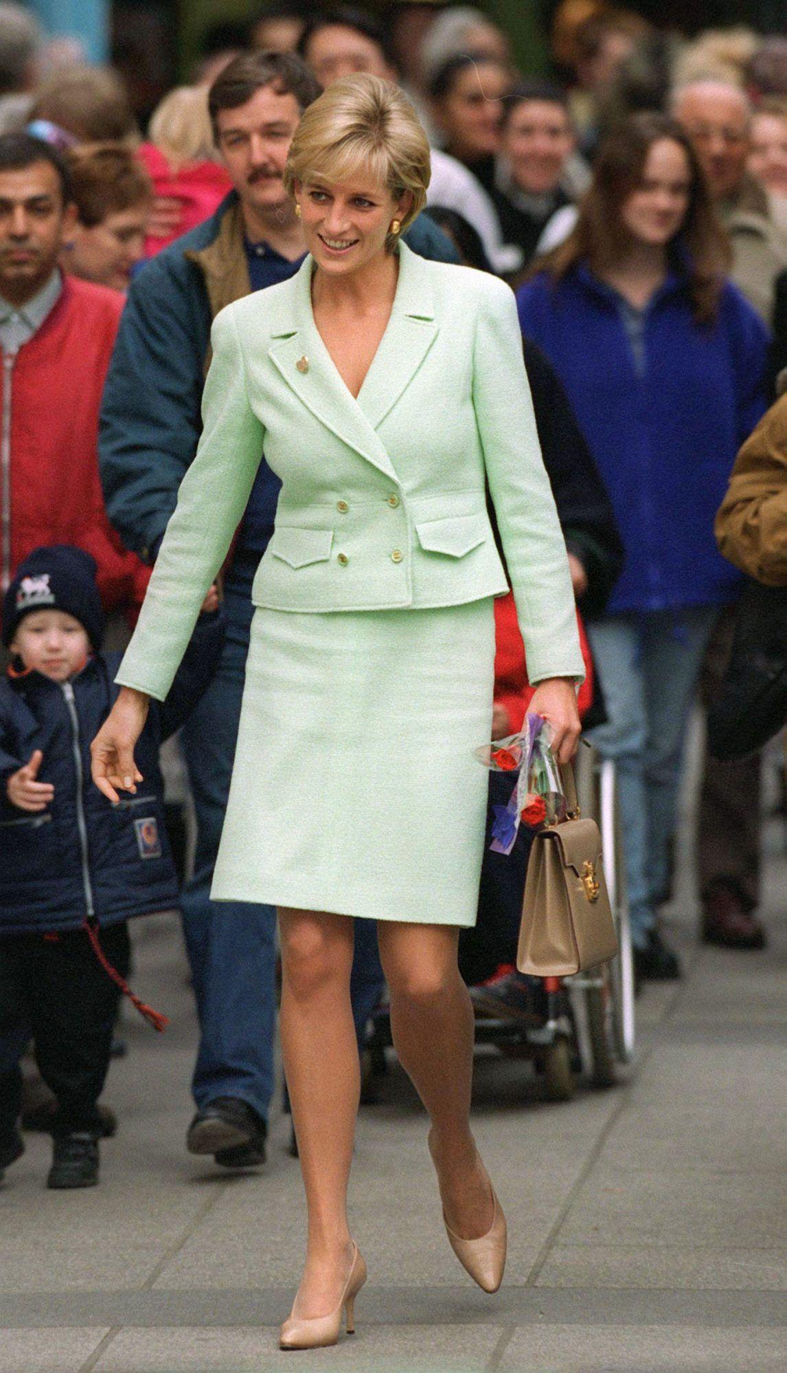 Công nương Diana mặc trang phục monochorme đỏ