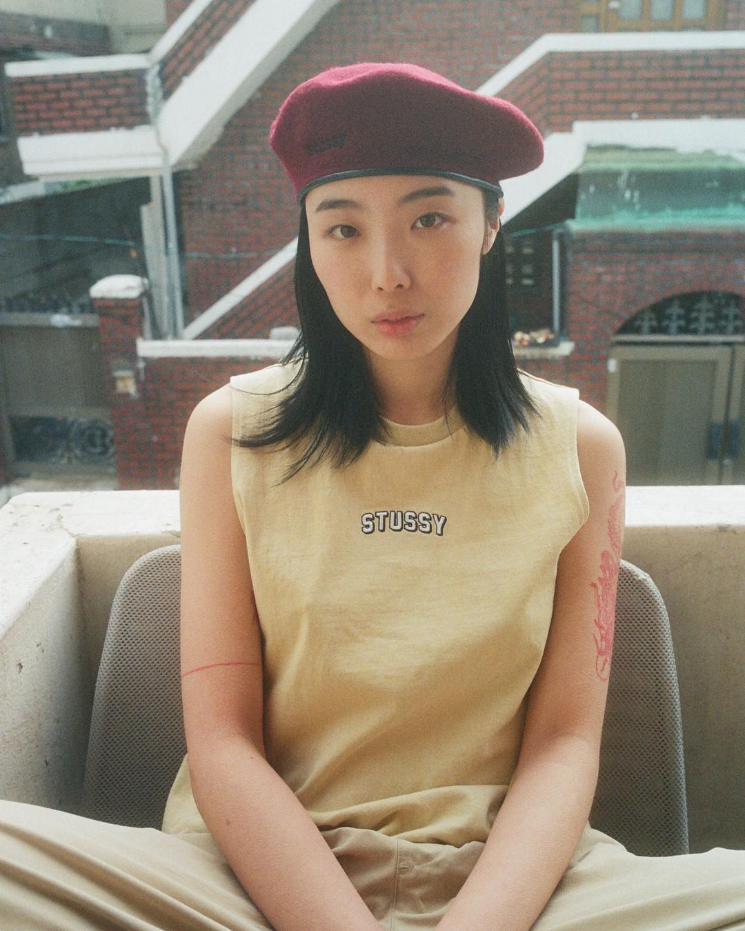 người mẫu mặc áo stussy phong cách thời trang streetwear