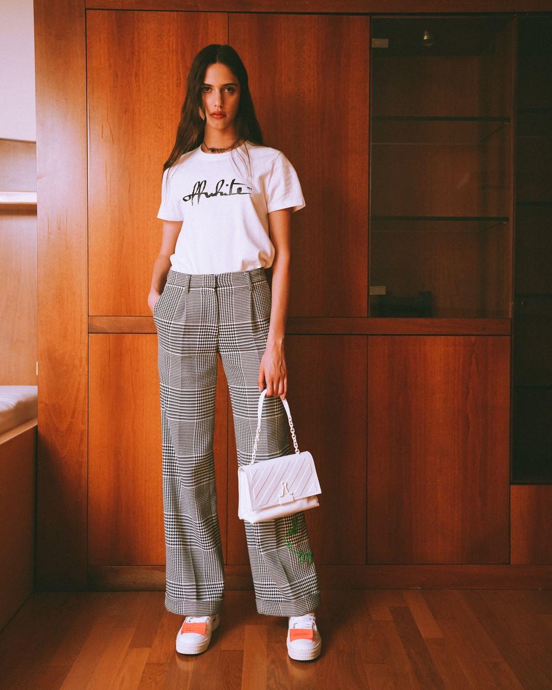 người mẫu mặc trang phục off white phong cách thời trang streetwear