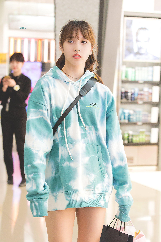 áo hoodie loang màu phối cùng quần short phong cách áo giấu quần