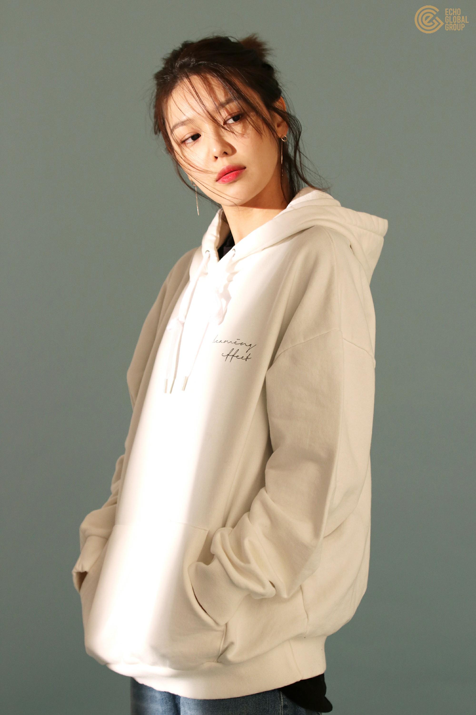 áo hoodie oversized phối cùng quần jeans phóng khoáng và cá tính