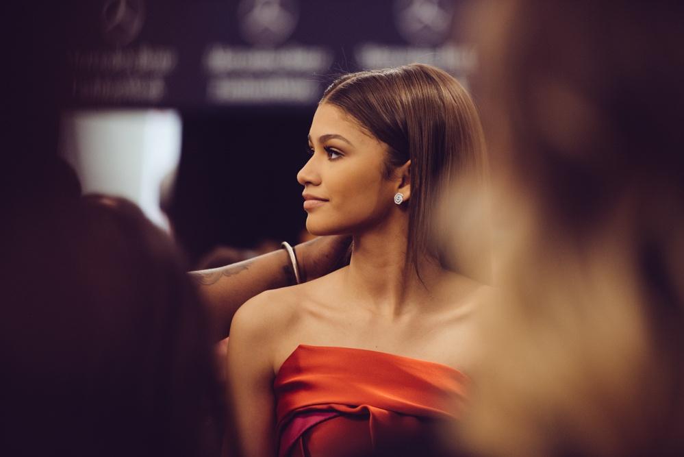 cô gái váy đỏ trong tuần lễ thời trang