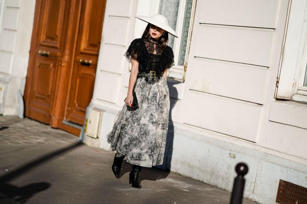 đội nón lớn trong tuần lễ thời trang