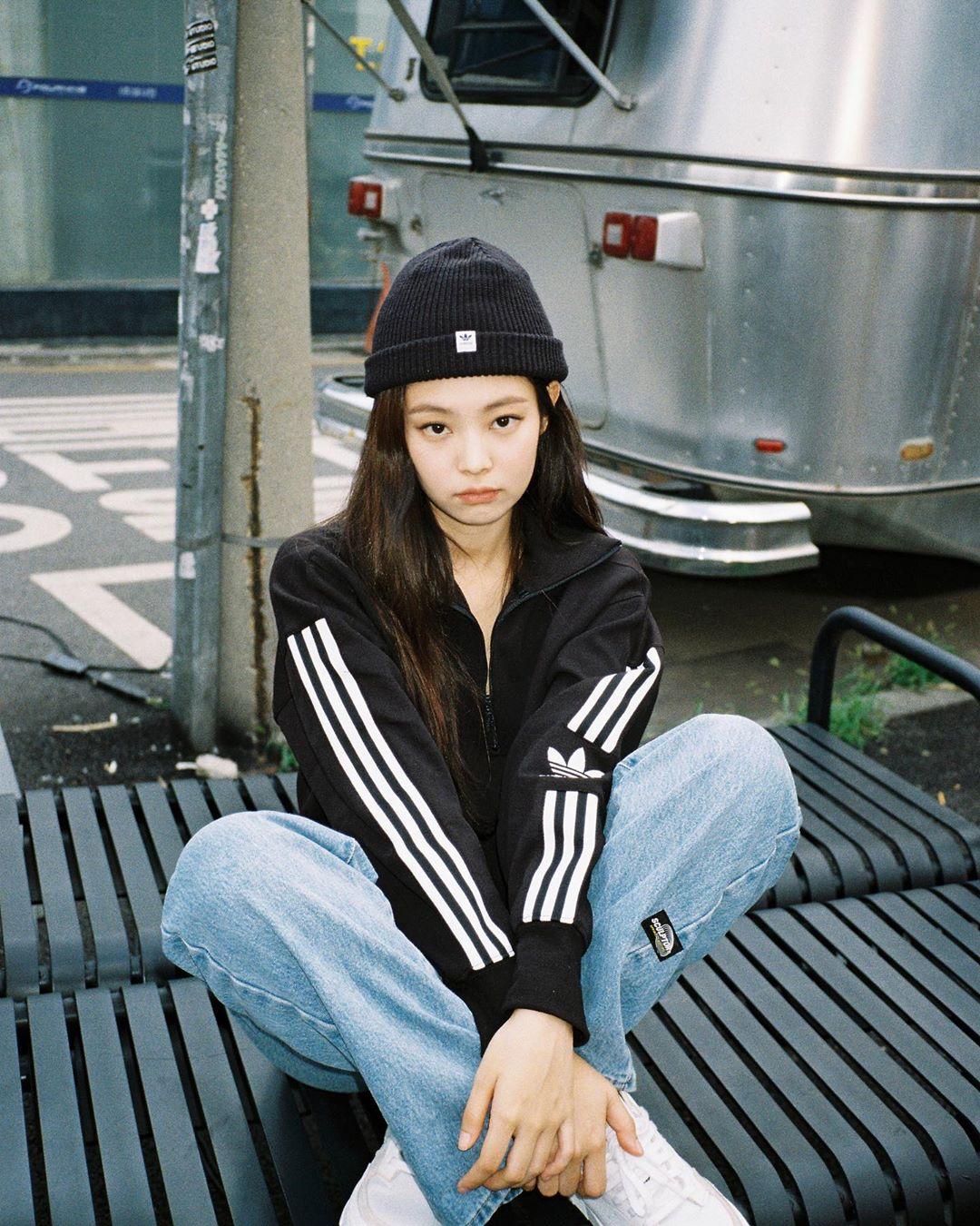Jennie phối đồ streetwear với áo khoác thể thao, quần jeans và mũ beanie