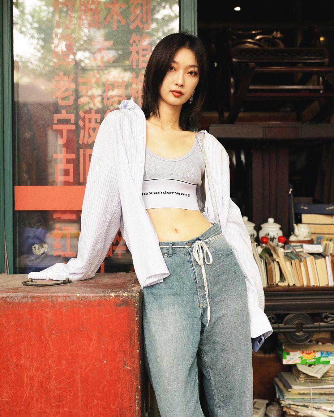Phối đồ phong cách streetwear với áo bra thể thao, quần jeans rộng