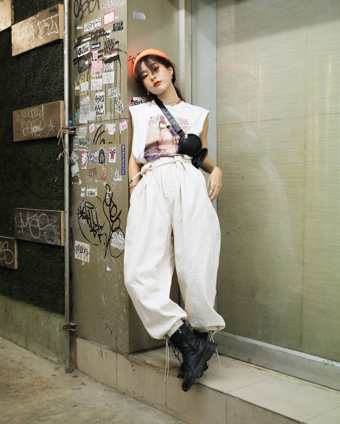 Phối đồ streetwear với mũ beanie màu neon