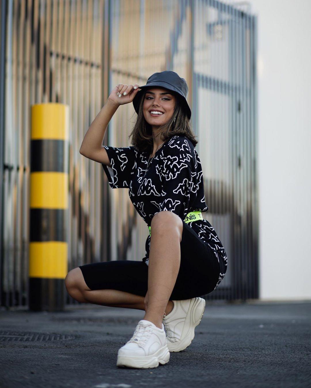 Phối đồ phong cách streetwear với mũ nồi chất liệu da