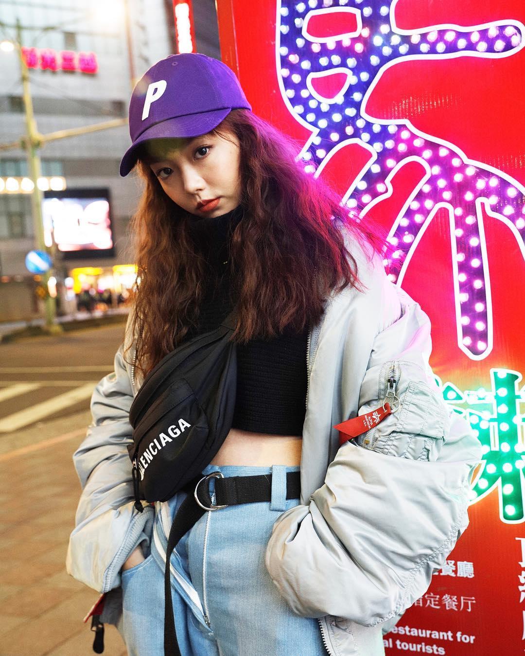 Phối đồ streetwear với túi bao tử đeo chéo