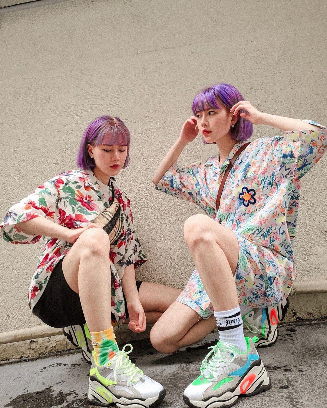 Phối đồ streetwear với giày sneakers màu sắc