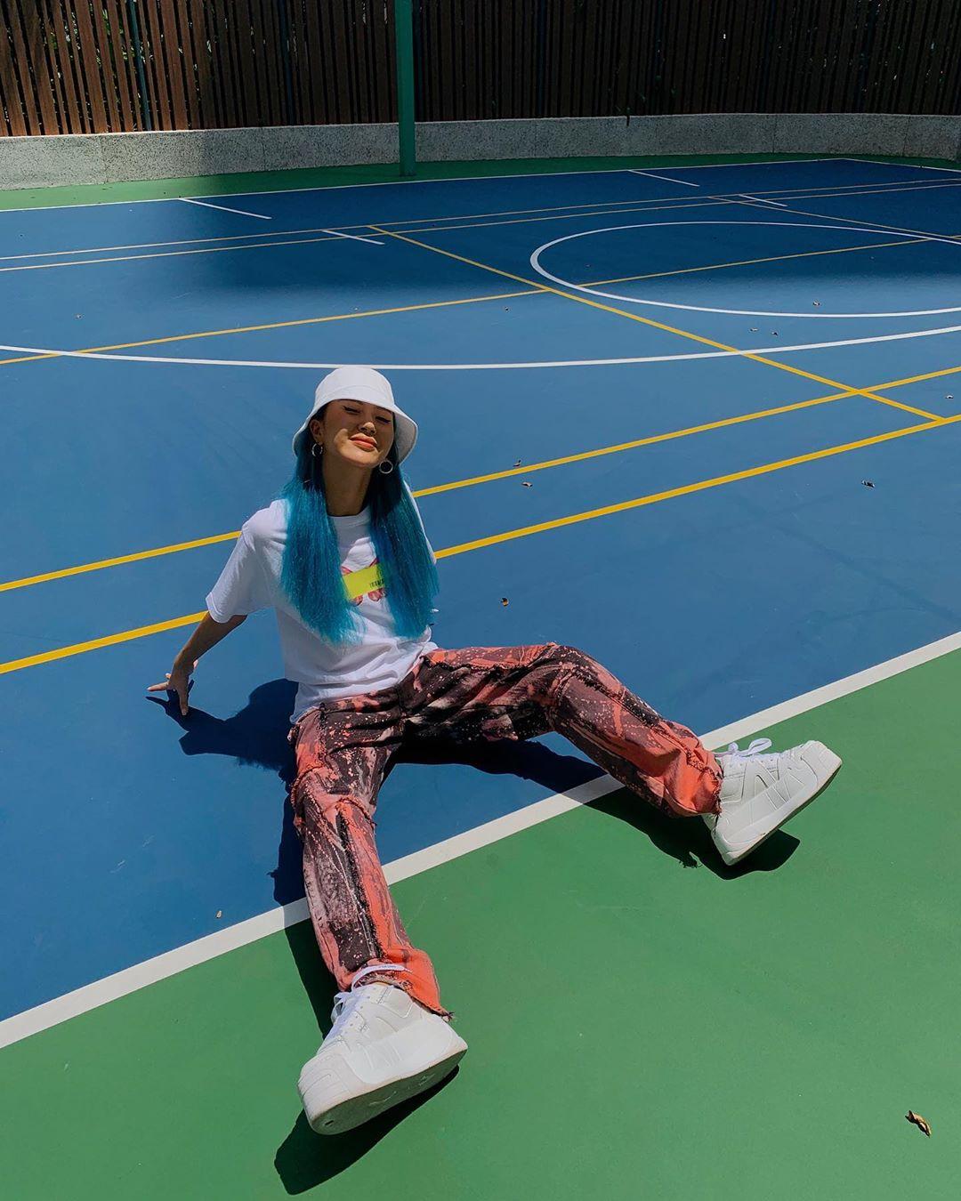 Quỳnh Anh Shyn phối đồ streetwear với sneaker trắng