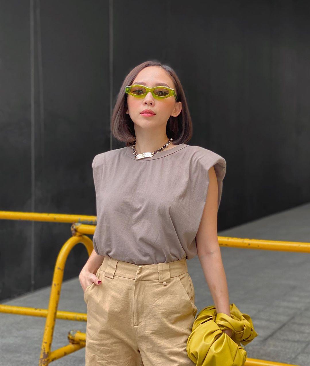 Tóc Tiên phối đồ streetwear với áo thun độn vai màu xám