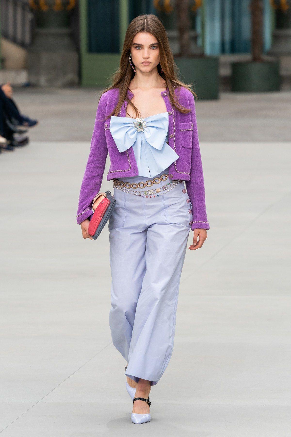 áo cardigan cách điệu trên sàn diễn Chanel Resort 2020