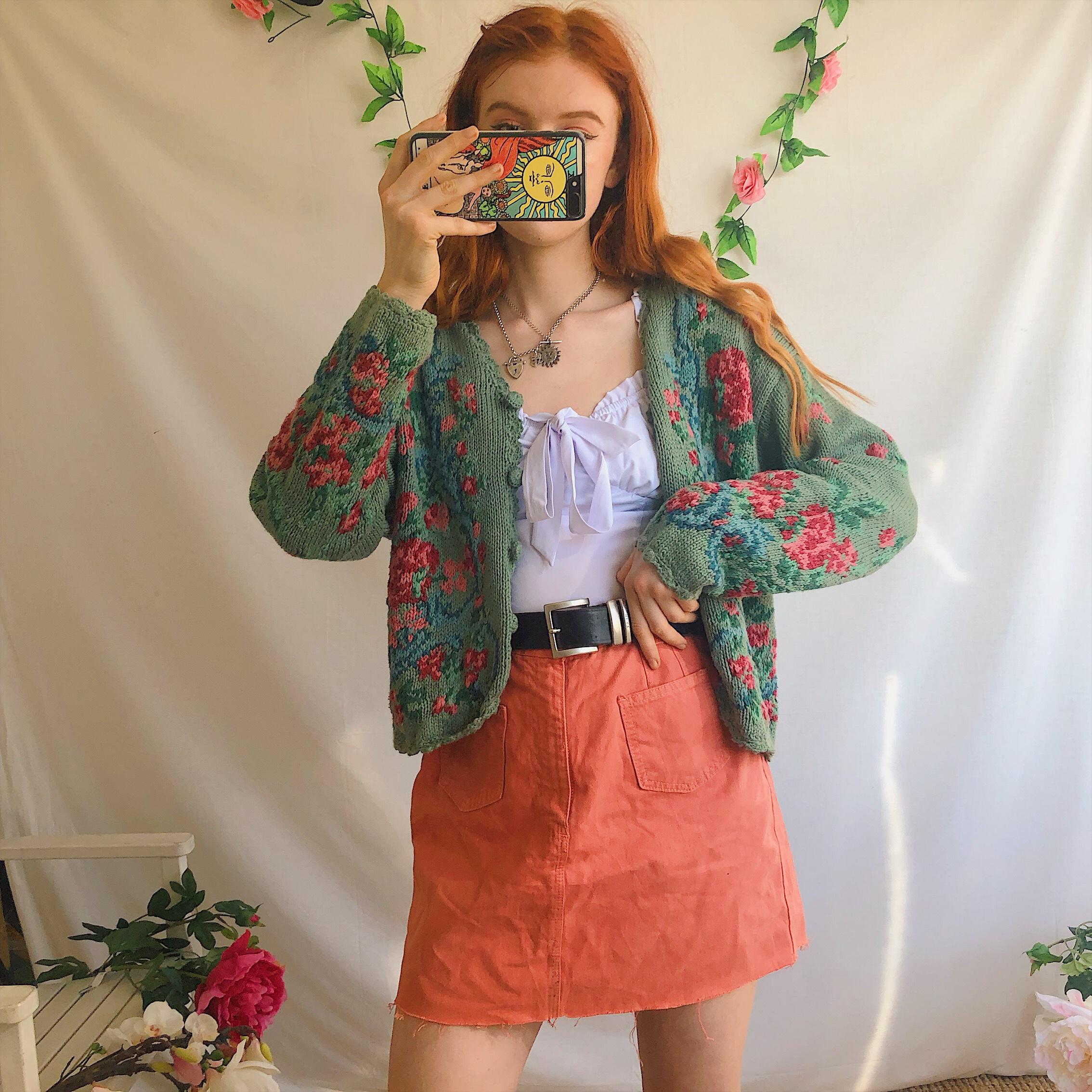 áo cardigan đan len họa tiết nổi bật phối cùng váy theo phong cách retro