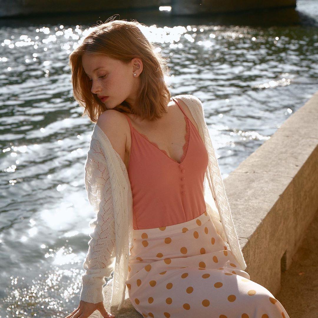 áo cardigan len mỏng phối cùng váy hoa và màu sắc ngọt ngào