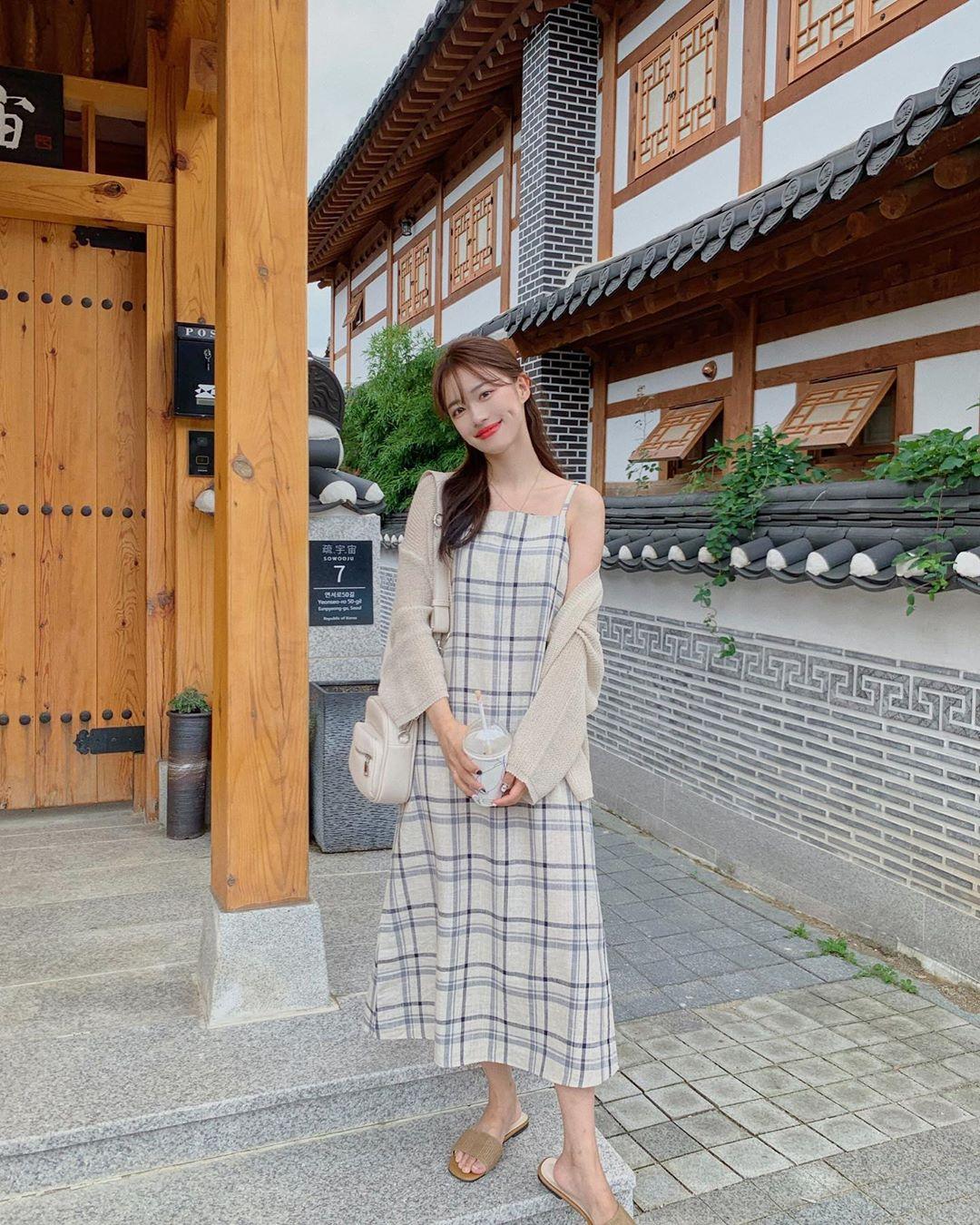 áo cardigan len mỏng phối cùng váy dài mang ohong cách nữ tính
