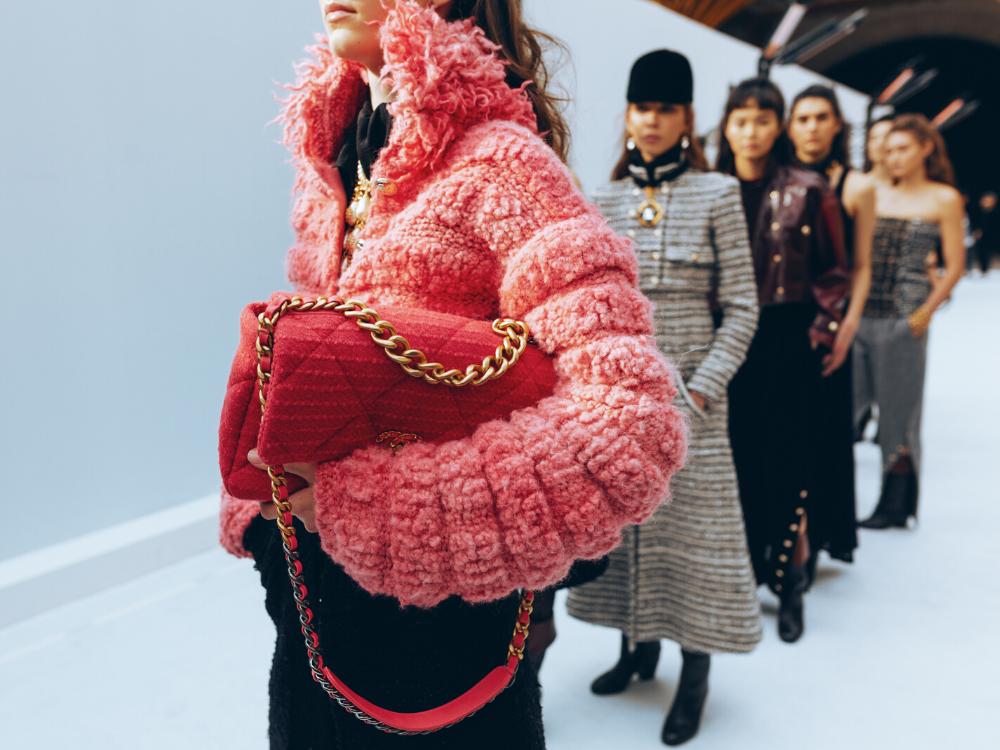 túi xách Chanel cầm tay đỏ trên sàn diễn