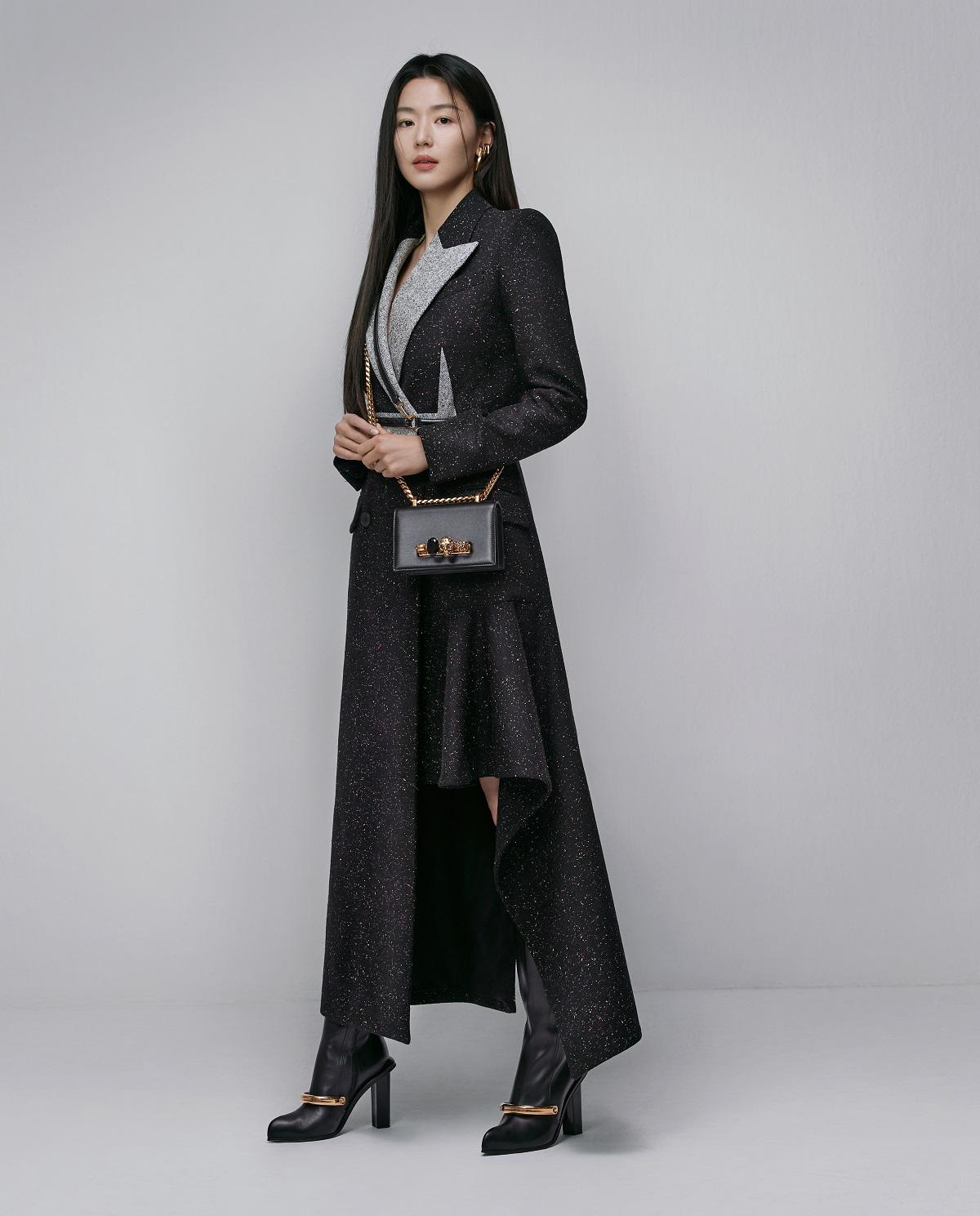 jeon ji hyun đại sứ thời trang alexander mcqueen áo đen túi xám