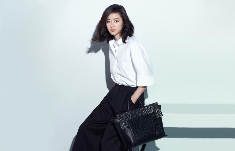 jeon ji hyun đại sứ thời trang alexander mcqueen áo trắng túi đen