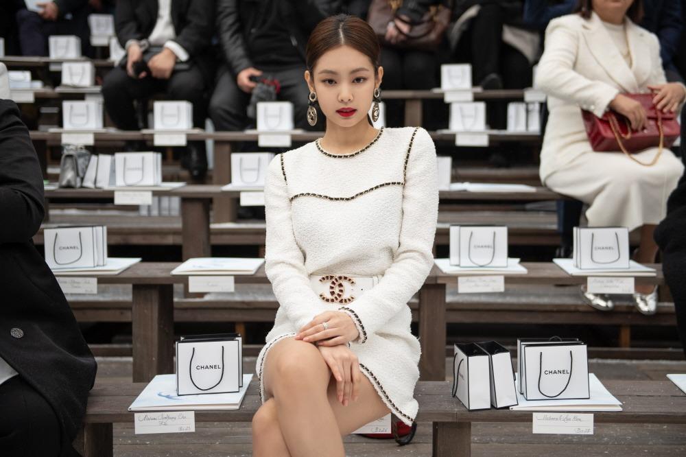 jennie đại sứ thương hiệu thời trang chanel đầm trắng