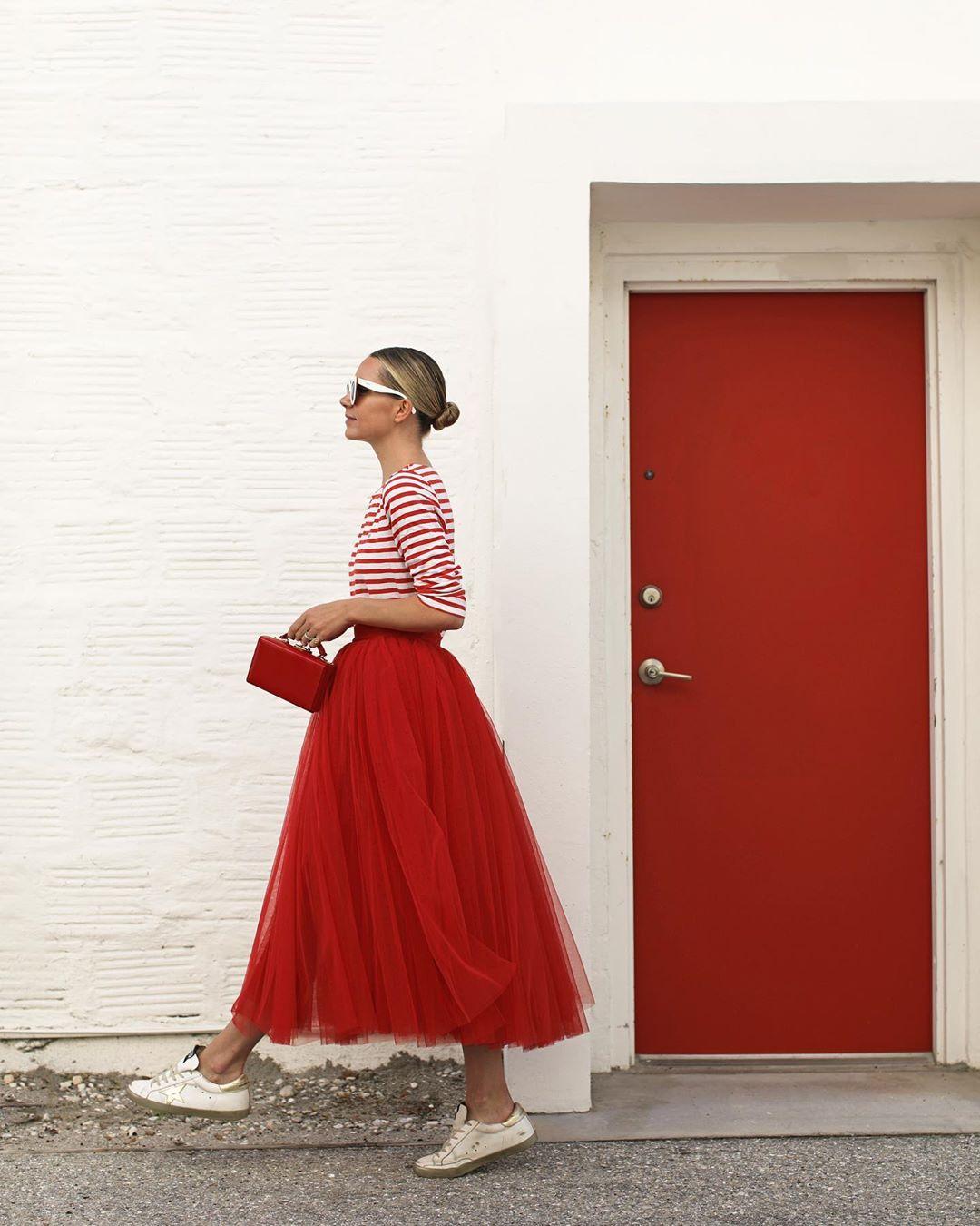 màu đỏ nham thạch thời trang xuân hè 2021