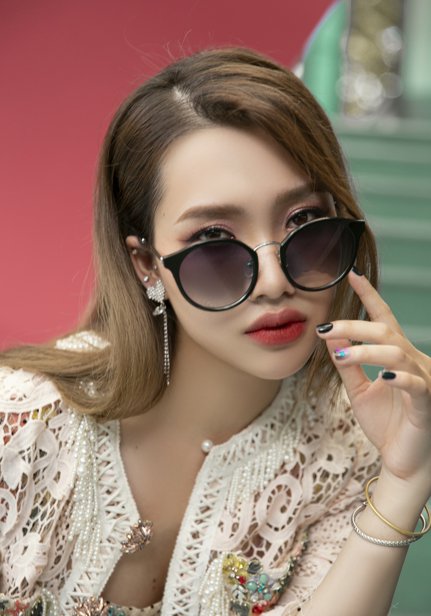 cô gái măc áo hoa đeo mắt kính