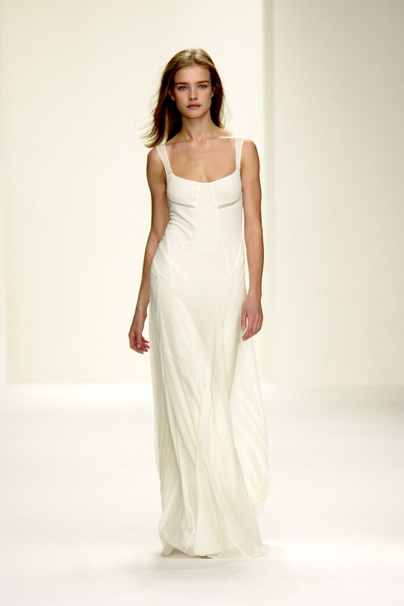 Natalia Vodianova mặc đầm trắng trên sàn diễn thời trang calvin klein ss 2003