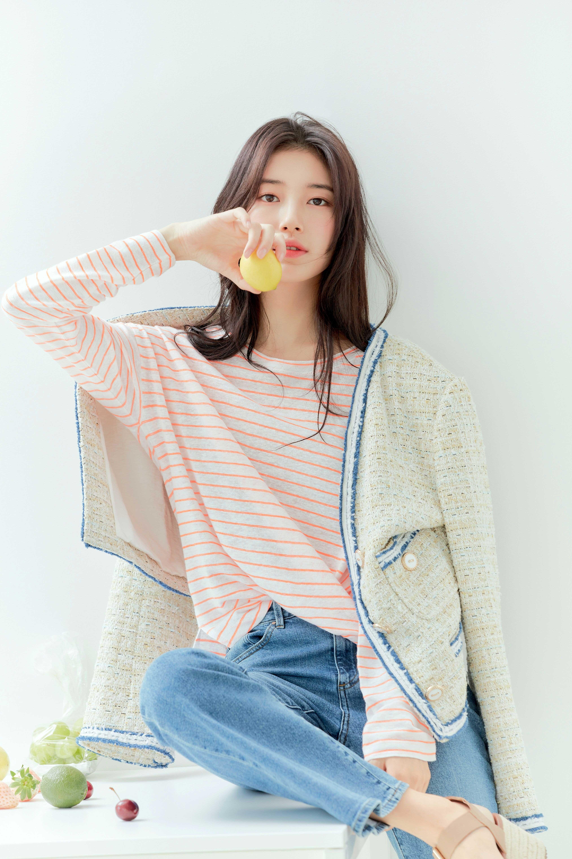 Xu hướng mặc đẹp cung Thiên Bình - Suzy mặc áo sọc và áo khoác tweed