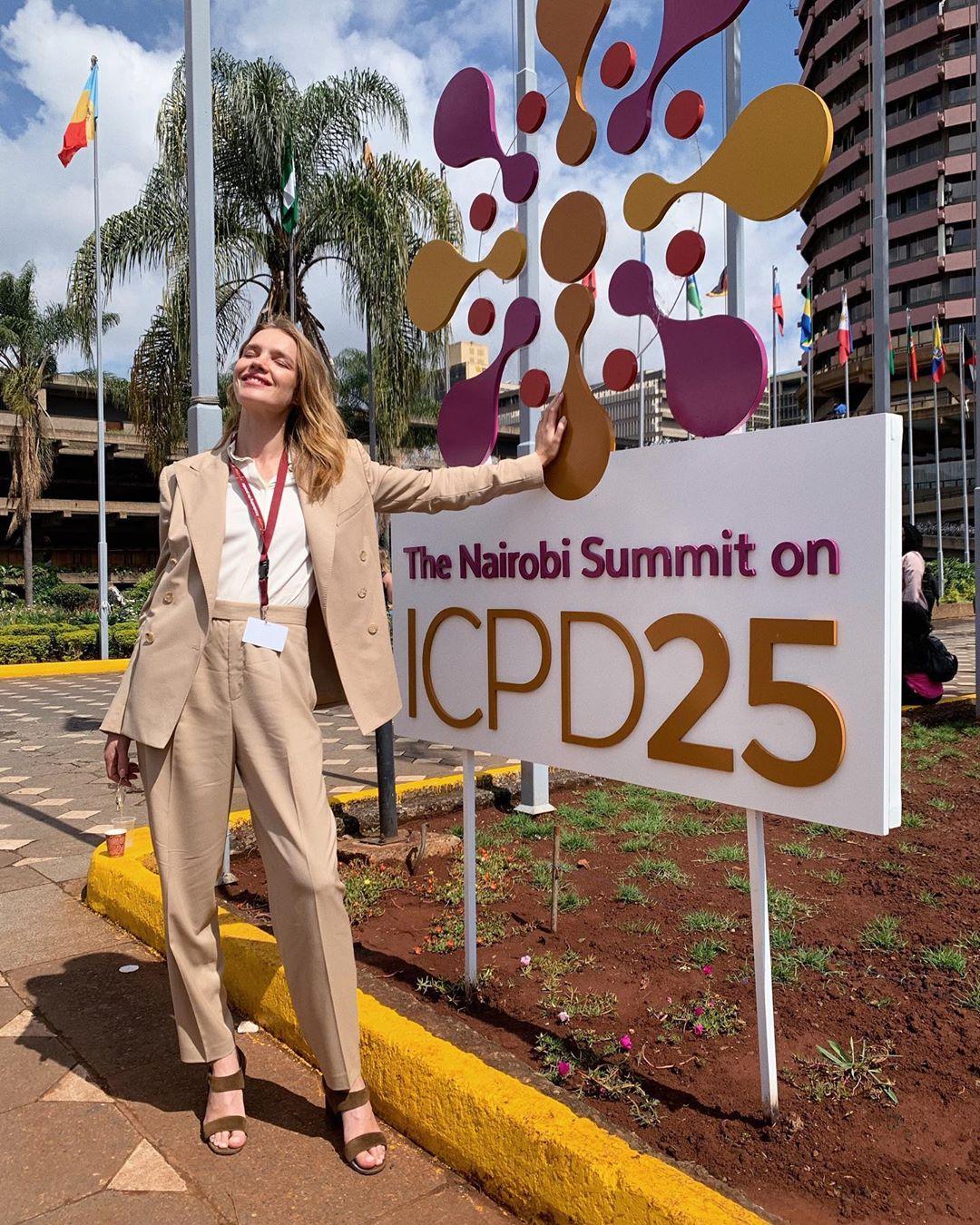 natalia vodianova mặc bộ suit màu be tại hội nghị cairo 2019