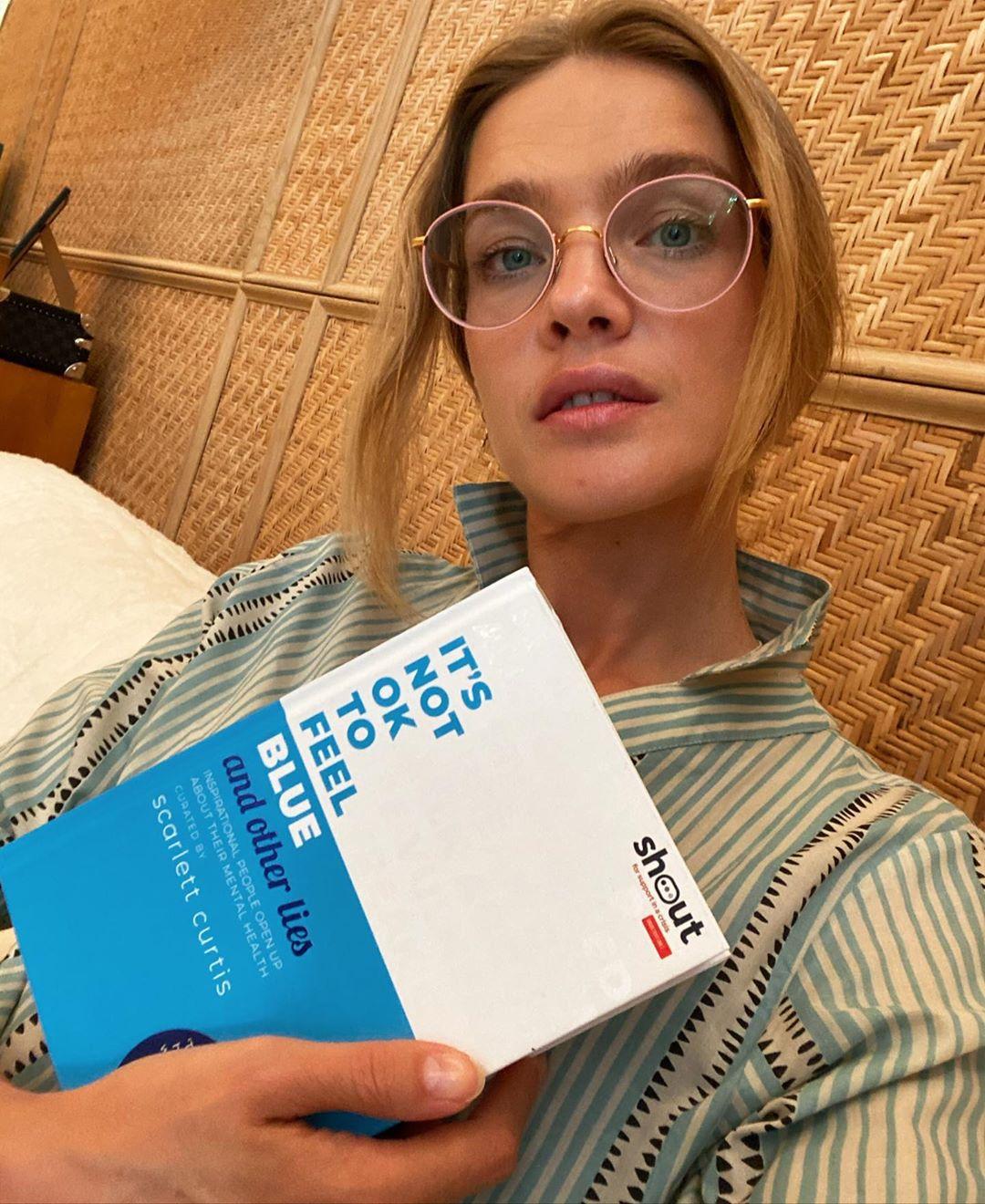 người mẫu thời trang natalia vodianova đeo kính đọc sách màu hồng