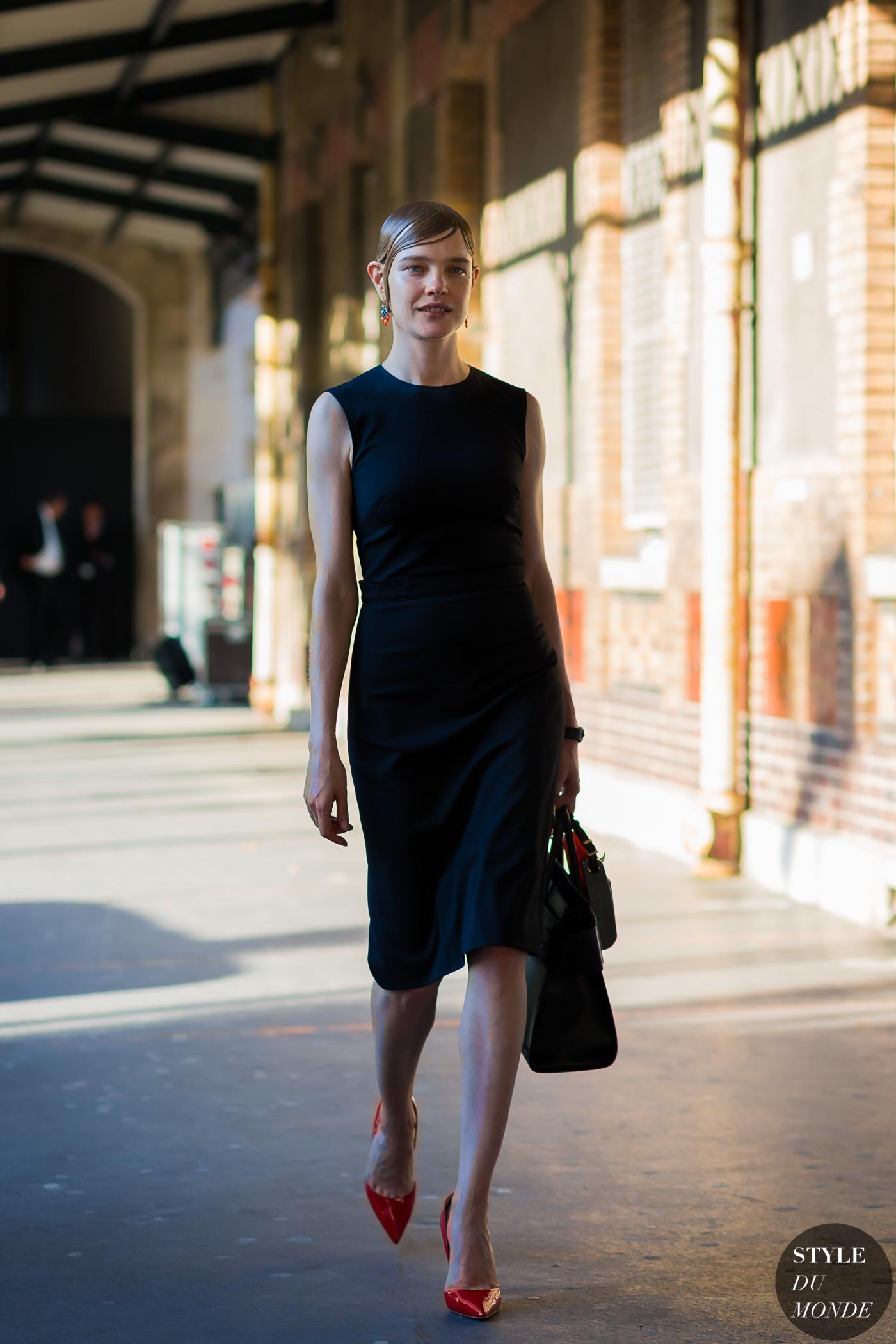 phong cách thời trang đường phố của natalia vodianova bộ đầm đen