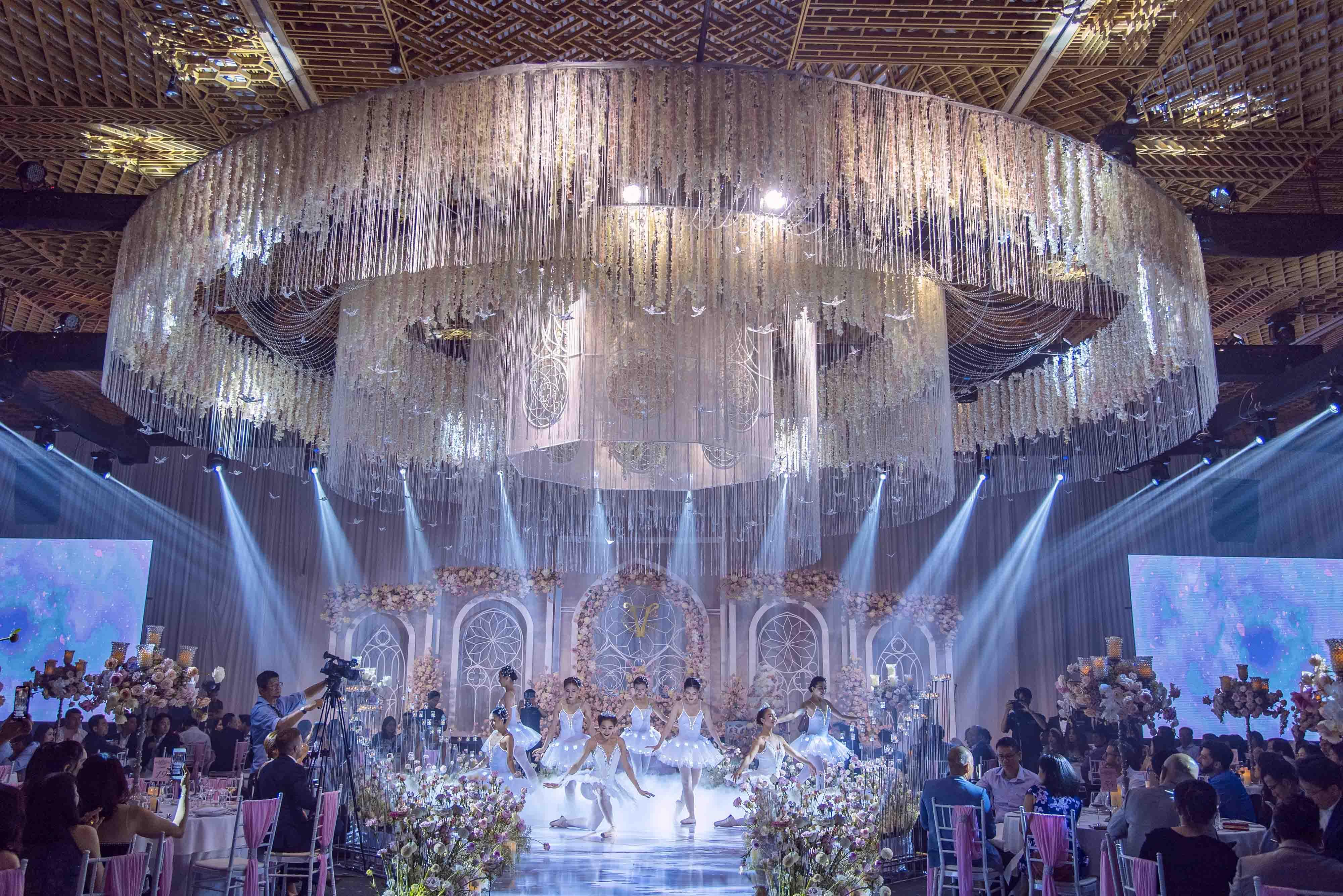 tiệc cưới hoành tráng