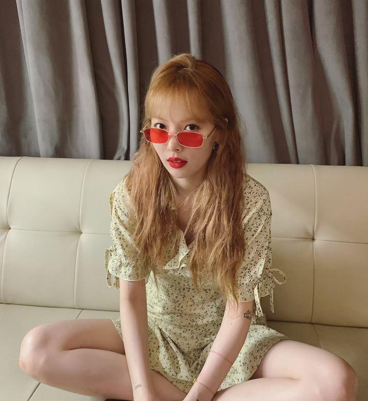 kính mát gọng nhỏ tròng màu đỏ phối cùng váy hoa