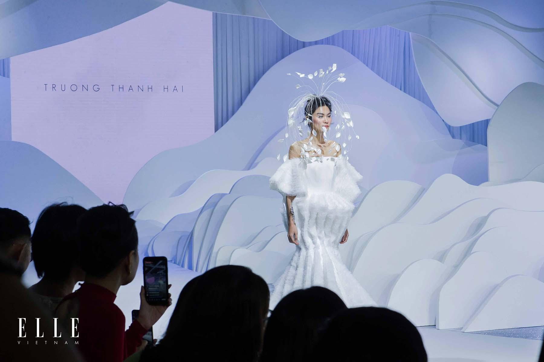 NTK Trương Thanh Hải BST váy cưới và thiết kế ấn tuong với những cánh hoa