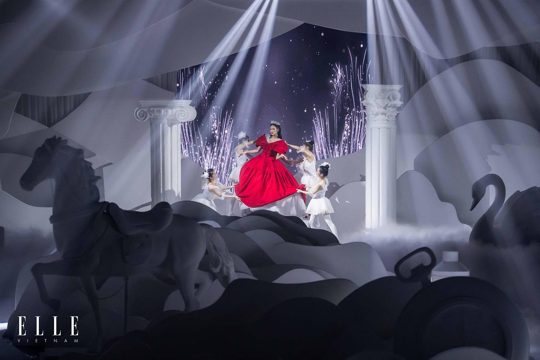 NTK Chung Thanh Phong BST Dear My Princess cùng mở màn đày ấn tượng cùng Hoàng Thùy